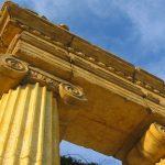 Griechische Säulen und Portale
